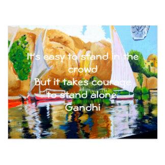 Postal Cita inspirada de la cita de Gandhi sobre valor