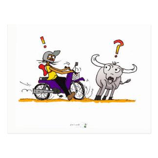 Postal colorida del dibujo del búfalo y de la moto