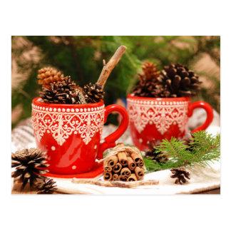 Postal Conos del pino en tazas de café