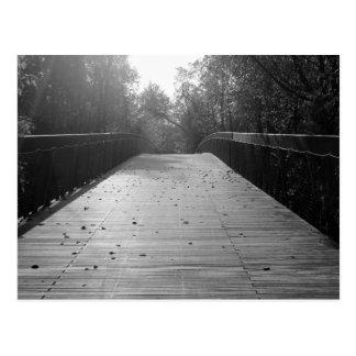 Postal Consecuencia de centro del puente - blanco y negro