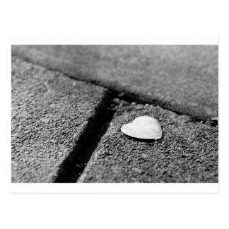 Postal Corazón de plata en la acera