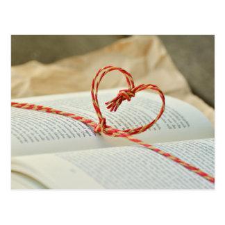 Postal Corazón en un libro