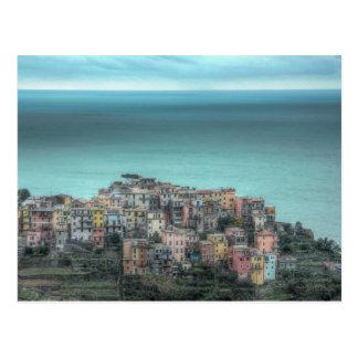 Postal Corniglia en los acantilados, Cinque Terre Italia