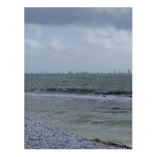 Postal Costa de la playa con los veleros en el horizonte