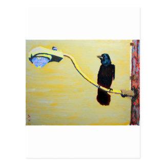 Postal Cuervo de cacareo en un poste ligero