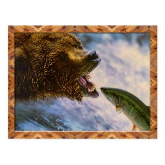 Postal de cogida de los salmones de la trucha arco