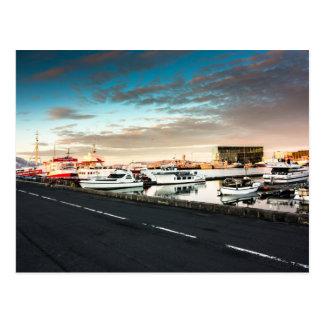 Postal de Islandia del puerto deportivo de