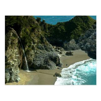 Postal de la cascada de la costa de California