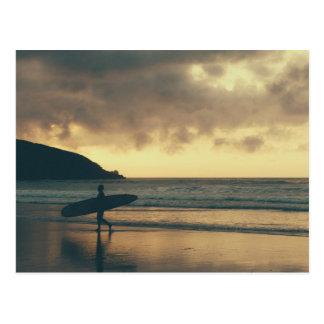 Postal de la persona que practica surf de la