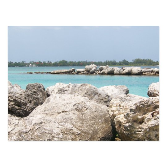 Postal de la playa rocosa