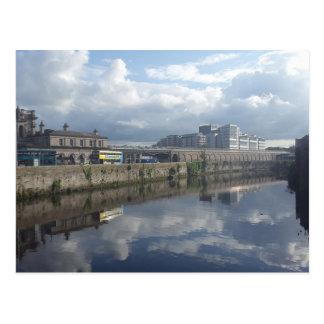 Postal de la reflexión del Riverbank de Dublín