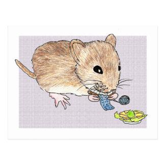 Postal de un ratón marrón que hace punto