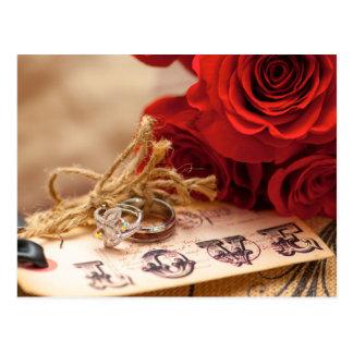 Postal del anillo del rosa rojo