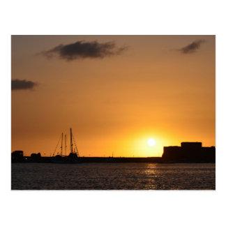 Postal del castillo de Paphos de la puesta del sol