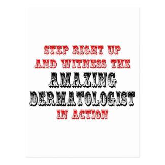 Postal Dermatólogo asombroso en la acción