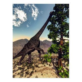 Postal Dinosaurio del Brachiosaurus que come el pino del