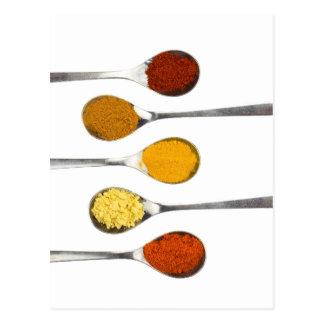 Postal Diversas especias del condimento en las cucharas