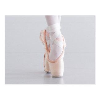 Postal El bailarín de ballet Pointe calza los