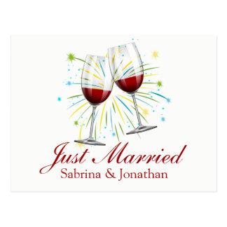 Postal El casarse casado rojo de las copas de vino de