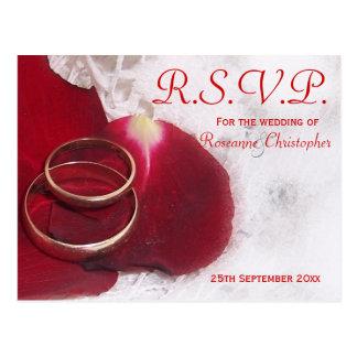 Postal El casarse de RSVP de los pétalos color de rosa de