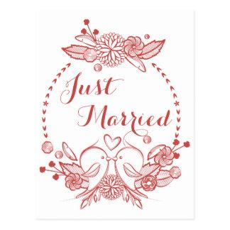 Postal El casarse rojo casado floral de los Lovebirds de