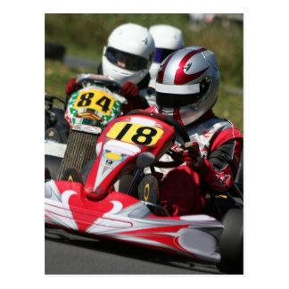 Postal El competir con de la acción del deporte de motor