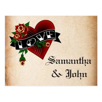 Postal El corazón y el rosa del tatuaje ahorran la fecha