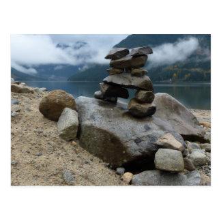 Postal El mojón apilado oscila piedras del lago Inukshuk