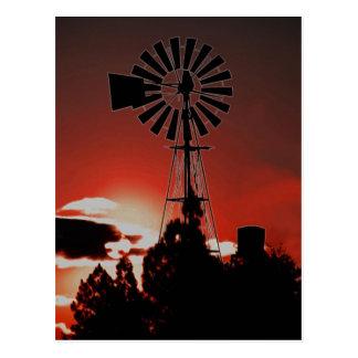 Postal El molino de viento viejo en la puesta del sol
