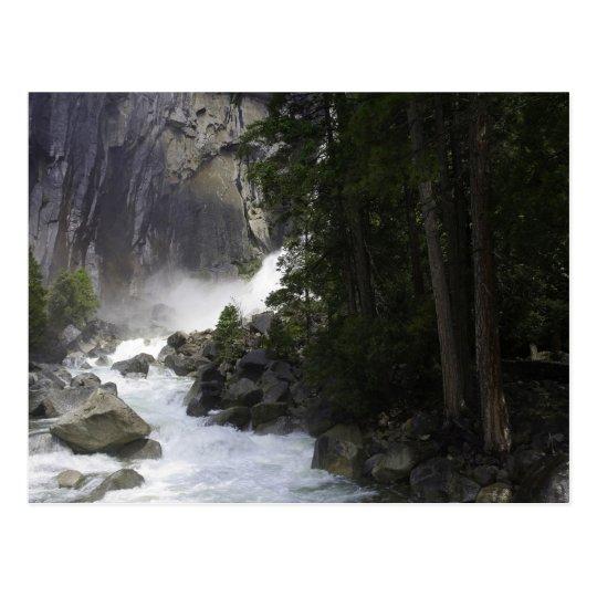 Postal En la parte inferior de las cataratas de Yosemite