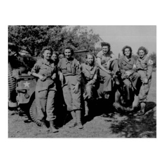 Postal Enfermeras al lado del jeep WWII