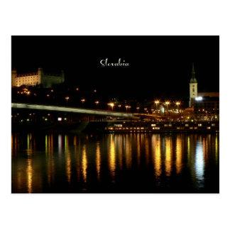 Postal Eslovaquia, en la noche, fotografía hermosa del