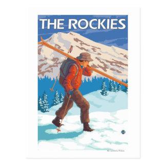 Postal Esquís de la nieve del esquiador que llevan - los