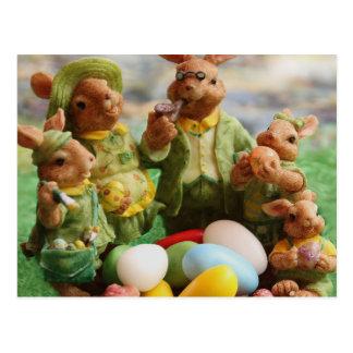 Postal Familia y huevos del conejo de conejito de pascua
