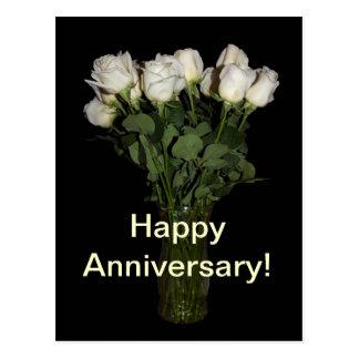 Postal feliz de los rosas blancos del aniversario
