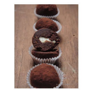 Postal Fila de las trufas de chocolate en la madera