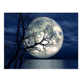 Postal fondo del paisaje 3D con la luna sobre el mar