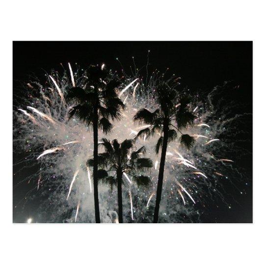 Postal Fuegos artificiales detrás de las palmeras