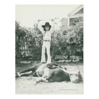 Postal Garlene Tindall que se coloca en un caballo del