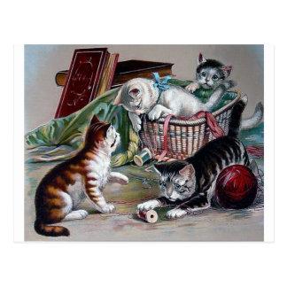 Postal gatos traviesos de los gatitos que juegan con arte