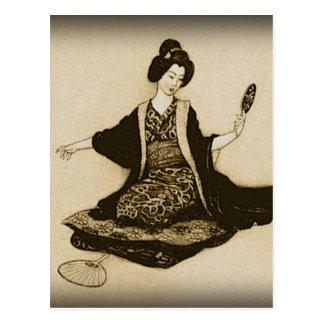 Postal Geisha japonés de la sepia del vintage que mira