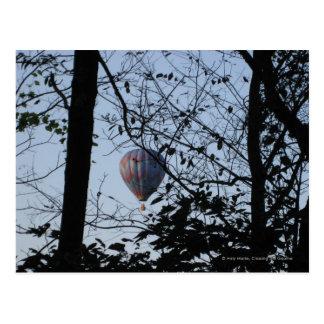 Postal Globo del aire caliente a través de árboles