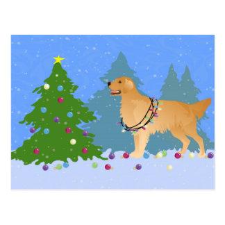 Postal Golden retriever que adorna el árbol de navidad