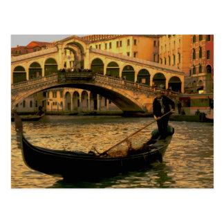 Postal Gondolero y puente de Rialto, Venecia