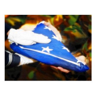 """Postal """"Gracias"""" soldado que recibe la bandera americana"""