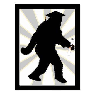 Postal Graduación Sasquatch con el casquillo del graduado