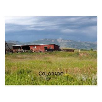 Postal granero rojo en una pradera de Colorado
