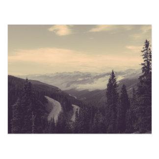 Postal hermosa del campo de la montaña