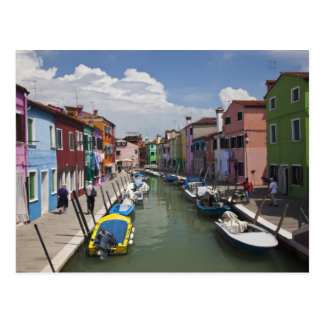 Postal Hogares coloridos a lo largo del canal en la isla