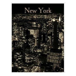 Postal Horizonte de la noche de New York City de la sepia